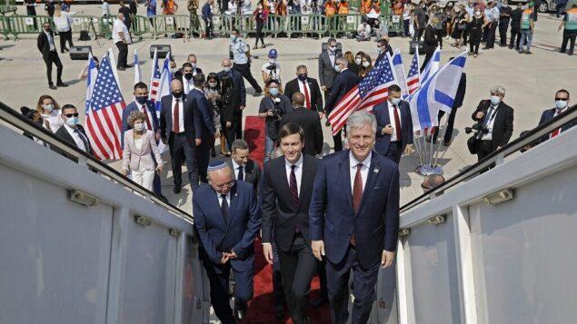 صعود مستشار الرئيس الأمريكي جاريد كوشنر (وسط)، ومستشار الأمن القومي الأمريكي روبرت أوبراين (يمين)، ورئيس مجلس الأمن القومي الإسرائيلي مئير بن شبات (يسار)، على متن رحلة 'إل عال' LY971، والتي ستنقل وفدا إسرائيليا أمريكيا من تل أبيب إلى أبو ظبي، في مطار بن غوريون بالقرب من تل أبيب، 31 أغسطس، 2020. (NIR ELIAS / POOL / AFP)