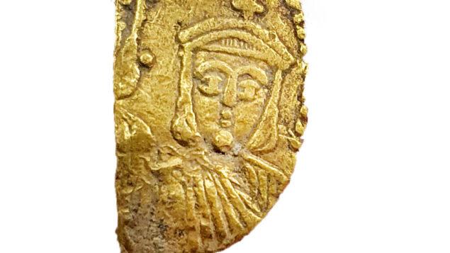 قطعة بيزنطية تم العثور عليها في تنقيب أثري في إسرائيل. (Courtesy Israel Antiquities Authority)