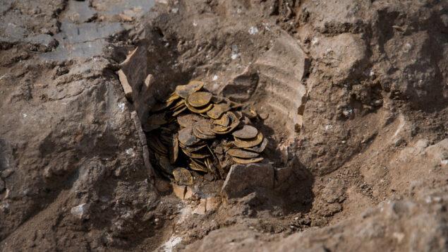 عملات ذهبية تم اكتشافها خلال عمليات تنقيب أثرية في إسرائيل. (Yoli Schwartz/Israel Antiquities Authority)