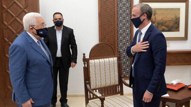 وزير الخارجية البريطاني دومينيك راب (يمين) يلتقي برئيس السلطة الفلسطينية محمود عباس في رام الله بالضفة الغربية، 25 أغسطس، 2020. (WAFA)