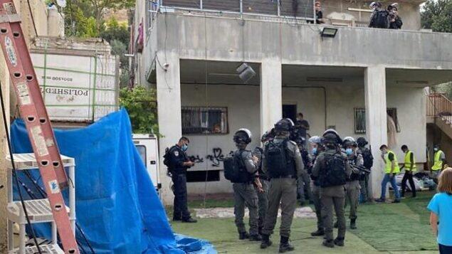 الشرطة تصل إلى منزل عائلة طحان في حي سلوان بالقدس الشرقية استعدادا لهدمه. (WAFA)