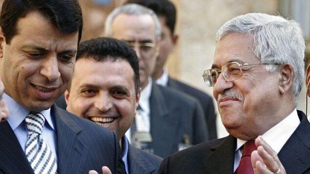 رئيس السلطة الفلسطينية محمود عباس، من اليمين، ومحمد دحلان، من اليسار، يغادران بعد مؤتمر صحفي في مصر، فبراير 2007. (AP/Amr Nabil)