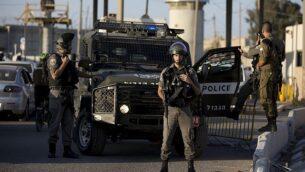 توضيحية: عناصر في شرطة حرس الحدود عند حاجز قلنديا شمالي القدس بعد هجوم طعن مفترض، 18 سبتمبر، 2019. (AP Photo/Majdi Mohammed)