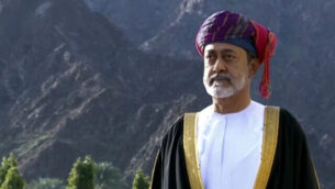 هذه الصورة مأخوذة من مقطع فيديو يظهر فيه السلطان العماني الجديد هيثم بن طارق آل سعيد خارج مجلس العائلة المالكة في مسقط، سلطنة عمان ، 11 يناير، 2020. (Oman TV via AP)