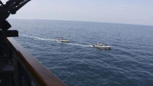 صورة توضيحية: سفن تابعة للحرس الثوري الإيراني تبحر بالقرب من سفن عسكرية أمريكية في الخليج بالقرب من الكويت، 15 أبريل 2020 (US Navy via AP)
