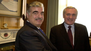 بيرتي أهيرن، رئيس الوزراء الأيرلندي، يستقبل رئيس الوزراء اللبناني رفيق الحريري، يسار، لإجراء محادثات في دبلن، 26 أبريل 2004 (AP photo / John Cogill)