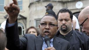 عمر إسماعيل ، من مشروع Enough Project ووزير خارجية السودان بالإنابة، يتحدث خلال احتجاج في سفارة السودان في واشنطن ، الجمعة 16 مارس 2012. (AP Photo / Cliff Owen)