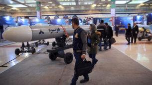 زوار ينظرون إلى صاروخ هويزه 8 في معرض عسكري بمناسبة الذكرى الأربعين للثورة الإسلامية الإيرانية في طهران، إيران، 3 فبراير 2019 (AP / Vahid Salemi)
