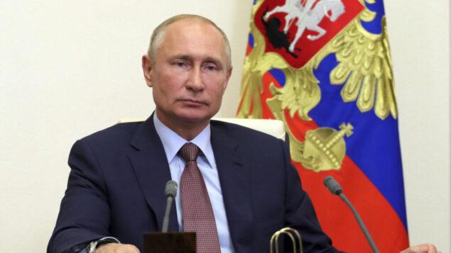 الرئيس الروسي فلاديمير بوتين يستمع خلال مؤتمر عبر الفيديو في مقر نوفو اوغاريوفو خارج موسكو، روسيا، 26 يونيو 2020 (Mikhail Klimentyev، Sputnik، Kremlin Pool Photo via AP)