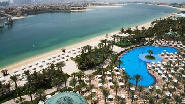 صورة من الجو للمسبح والشاطئ في فندق 'أتلانتيس' في دبي، الإمارات العربية المتحدة، 14 يوليو، 2020. (AP Photo/Jon Gambrell)