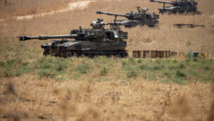 وحدات مدفعية إسرائيلية متحركة في شمال إسرائيل بالقرب من الحدود مع لبنان، 28 يوليو، 2020. (AP Photo/Ariel Schalit)