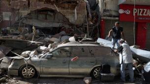 أشخاص يتفقدون سيارتهم التي لحقت بها أضرار في الانفجار الكبير الذي وقع في اليوم السابق في ميناء بيروت، لبنان، 5 أغسطس 2020. (AP/Bilal Hussein)