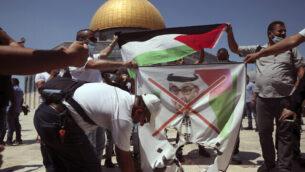 متظاهرون فلسطينيون يحرقون صورة لولي عهد أبو ظبي محمد بن زايد آل نيهان بالقرب من قبة الصخرة في الحرم القدسي بالبلدة القديمة، 14 أغسطس، 2020.(AP Photo/Mahmoud Illean)