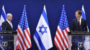 رئيس الوزراء بنيامين نتنياهو (يسار) ومستشار البيت الأبيض جاريد كوشنر يدلون بتصريحات مشتركة للصحافة حول اتفاقيات السلام بين إسرائيل والإمارات، في القدس، 30 أغسطس 2020 (Debbie Hill/Pool Photo via AP)