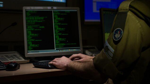 توضيحية. جندي من وحدة C4I في الجيش الإسرائيلي يستخدكم جهاز كمبيوتر. (Israel Defense Forces)