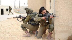 جنود من كتيبة الاسود المختلطة من كتيبة غور الاردن يشاركون في تدريب في قاعدة 'تسئيليم' العسكرية، 5 فبراير 2018. (Judah Ari Gross / Times of Israel)