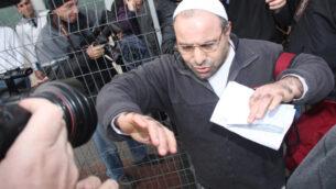 يونا أفروشمي، الذي قتل عام 1983 الناشط في حركة 'السلام الآن' إميل غرونزويغ خلال مظاهرة، عند إطلاق سراحه من سجن هداريم، 26 يناير 2011 (Flash90)