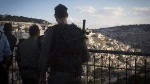 توضيحية: عناصر من شرطة حرس الحدود تقف عند نقطة مراقبة بالقرب من حيث سلوان في القدس الشرقية، 30 أكتوبر، 2014.(Miriam Alster/Flash90)