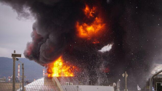 نيران اندلعت في مصافي النفط في حيفا، 25 ديسمبر 2016 (Meir Vaaknin/Flash90)