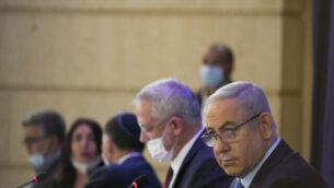 رئيس الوزراء بنيامين نتنياهو (يمين) ووزير الدفاع بيني غانتس في الجلسة الأسبوعية للحكومة في وزارة الخارجية في القدس، 28 يونيو، 2020. (Olivier Fitoussi / Flash90)