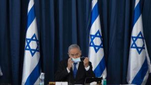 رئيس الوزراء بنيامين نتنياهو في الجلسة الأسبوعية للحكومة في وزارة الخارجية بالقدس، 5 يوليو، 2020.(Amit Shabi/POOL)