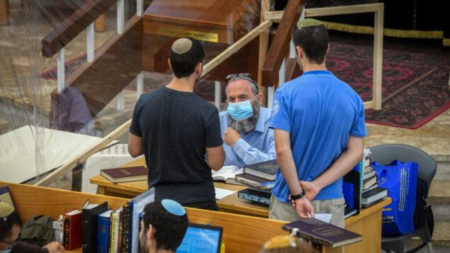 صورة توضيحية: رجال يهود يدرسون التوراة في مجموعات صغيرة في يشيفا 'أوروت شاؤول' في تل أبيب، 7 يوليو 2020. (Yossi Zeliger / Flash90)