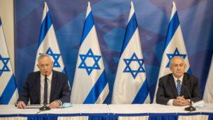 رئيس الوزراء بنيامين نتنياهو، من اليسار، ورئيس الوزراء البديل ووزير الدفاع بيني غانتس، خلال مؤتمر صحفي في تل أبيب، 27 يوليو، 2020.(Tal Shahar/POOL/Flash90)