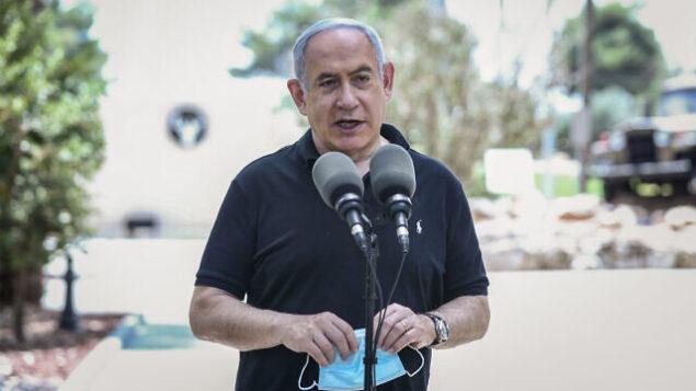 رئيس الوزراء بنيامين نتنياهو يزور قاعدة قيادة المنطقة الشمالية للجيش الإسرائيلي في صفد، 28 يوليو، 2020.(David Cohen/Flash90)