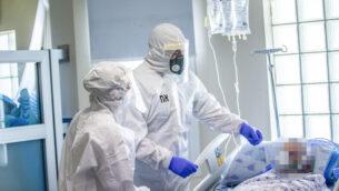 فريق طبي في قسم فيروس كورونا بمستشفى ايخيلوف في تل أبيب، 28 يوليو 2020 (Yossi Aloni / Flash90)