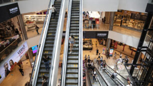 متسوقون في 'المالحة مول' في القدس، 29 يوليو، 2020. (Olivier Fitoussi/Flash90)