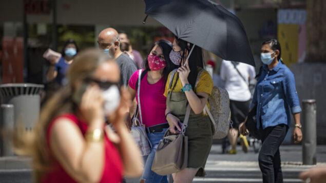 سكان القدس يرتدون أقنعة الوجه للوقاية من فيروس كورونا  ويسيرون في شارع 'يافا' في وسط مدينة القدس، 2 أغسطس، 2020. (Olivier Fitoussi / Flash90)
