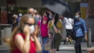 سكان القدس، يرتدون الكمامات للوقاية من فيروس كورونا، في شارع 'يافا' في وسط المدينة، 2 أغسطس، 2020. (Olivier Fitoussi/Flash90)