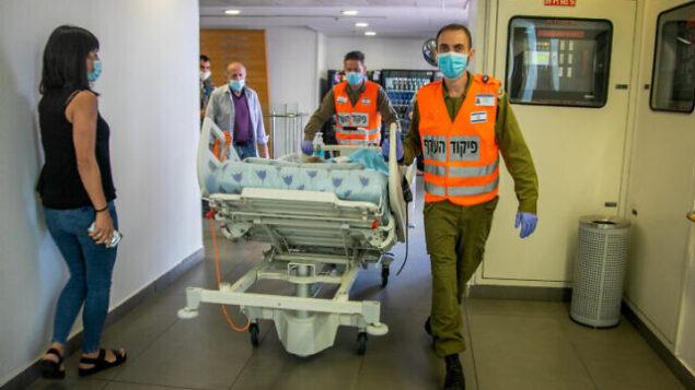 مريض يدخل مستشفى 'إيخيلوف' في تل أبيب، 3 أغسطس، 2020. (Yossi Aloni/Flash90)