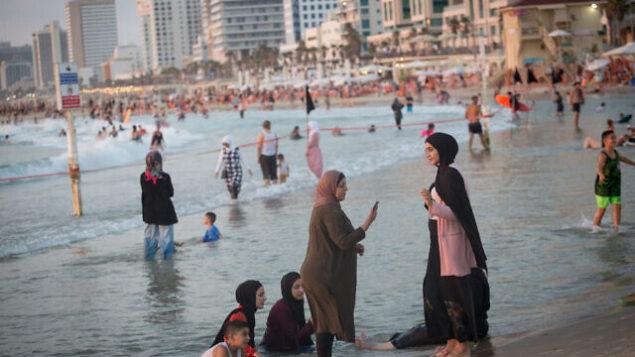 نساء عربيات على أحد شواطئ تل أبيب، 4 أغسطس، 2020.(Miriam Alster/Flash90)