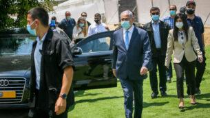 رئيس الوزراء بنيامين نتنياهو يزور قاعدة لقيادة الجبهة الداخلية بالجيش الإسرائيلي في مدينة الرملة، 4 أغسطس، 2020.(Yossi Aloni/Flash90)