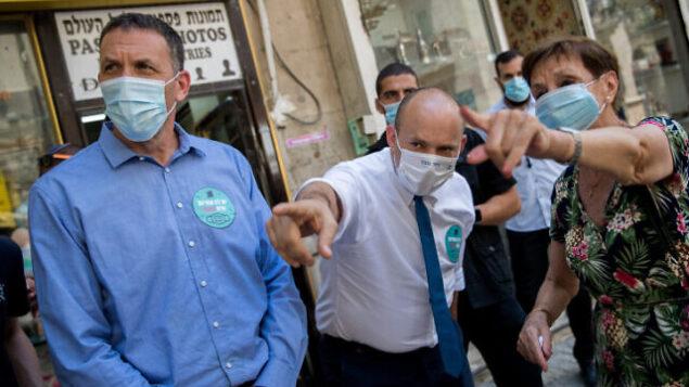 نفتالي بينيت، زعيم 'يمينا'، خلال زيارة في وسط القدس ، 5 أغسطس، 2020. (Yonatan Sindel / Flash90)