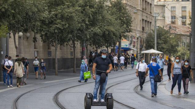 اشخاص يسيرون في القدس، 12 أغسطس 2020 (Olivier Fitoussi / Flash90)