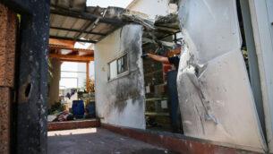 صورة لأضرار لحقت بمنزل في بلدة سديروت جنوب إسرائيل جراء شظايا صاروخ اعتراض اطلق من نظام القبة الحديدية لإسقاط صواريخ قادمة من قطاع غزة، 16 أغسطس 2020 (Flash90)