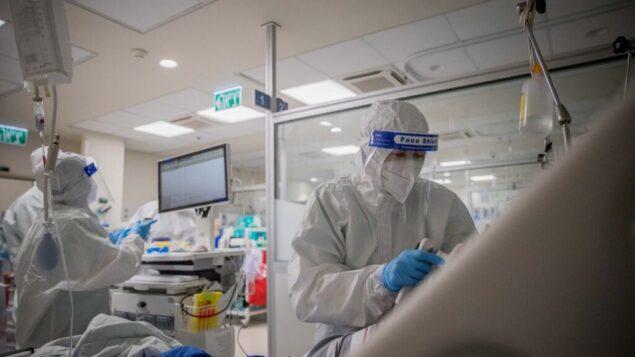 فريق طبي يعمل في جناح فيروس كورونا في مركز شامير الطبي، بئر يعقوب، 20 أغسطس 2020 (Yonatan Sindel / Flash90)