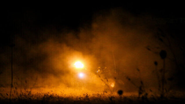 مدافع هاوتزر اسرائيلية تطلق قنابل انارة وقذائف دخان بالقرب من الحدود اللبنانية، 26 أغسطس، 2020. (David Cohen / Flash90)