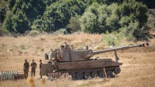 جنود إسرائيليون يقفون بالقرب من مدافع هاوتزر منتشرة بالقرب من الحدود اللبنانية في شمال إسرائيل، 26 أغسطس 2020 (David Cohen / Flash90)