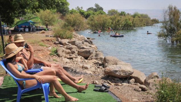 إسرائيليون في بحيرة طبريا خلال عطلة الصيف، 28 اغسطس 2020 (Yossi Aloni / Flash90)