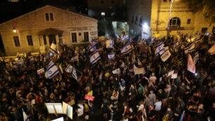 إسرائيليون يتظاهرون ضد رئيس الوزراء بنيامين نتنياهو في القدس، 29 أغسطس 2020 (Yonatan Sindel/Flash90)