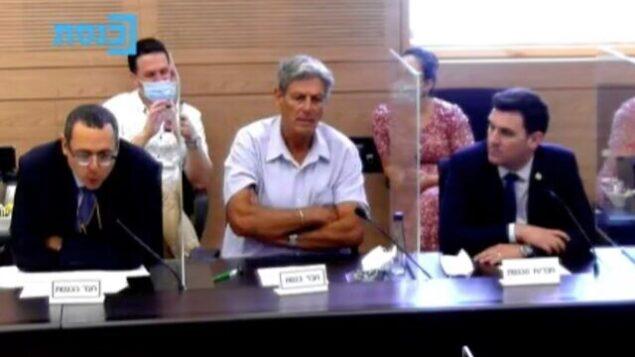 عضو الكنيست عن حزب 'ديرخ إيرتس' تسفي هاوزر، من اليسار، يتحدث خلال جلسة للجنة المالية في الكنيست، 17 أغسطس، 2020. (Knesset Channel screenshot)