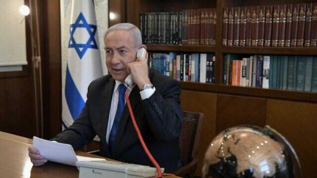 رئيس الوزراء بنيامين نتنياهو في مكتبه في القدس في مكالمة هاتفية مع الزعيم الإماراتي محمد بن زايد آل نهيان، 13 أغسطس، 2020. (Kobi Gideon/PMO)