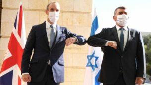 وزير الخارجية البريطاني دومينيك راب (يسار) يلتقي بوزير الخارجية الإسرائيلي غابي أشكنازي في القدس، 25 أغسطس، 2020. (Courtesy / Miri Shimonovich)