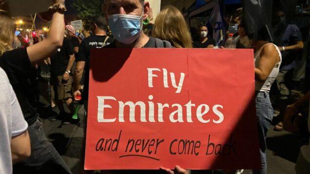 متظاهر يرفع لافتة في مظاهرة ضد نتنياهو في القدس، 15 أغسطس 2020 (Anat Peled/Times of Israel)