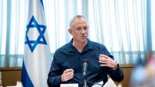 وزير الدفاع بيني غانتس يتحدث إلى قادة محليين من جنوب إسرائيل، 19 أغسطس، 2020. (Oded Karni / GPO)