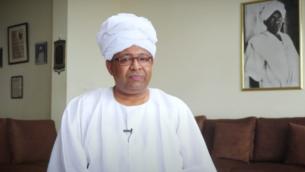 المتحدث باسم وزارة الخارجية السودانية حيدر بدوي صادق، الذي أقيل في 19 أغسطس، 2020، بعد يوم من الإعراب عن دعمه للسلام مع إسرائيل. (YouTube screenshot)