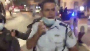قائد شرطة القدس نيسو غويتا خلال مظاهرة ضد نتنياهو في القدس، 22 اغسطس 2020 (Screen capture: Twitter)
